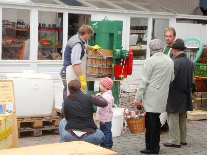 Vorführung Apfelsaftherstellung